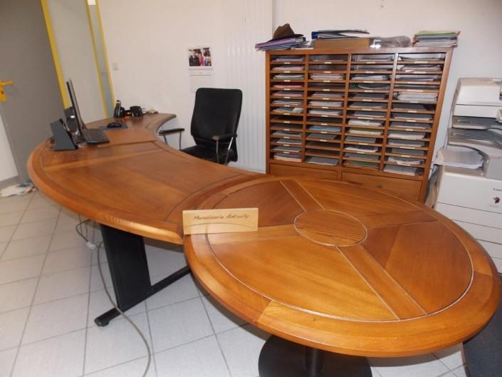 Bureau fabriqué en bois sur mesure pour bâtiment professionnel