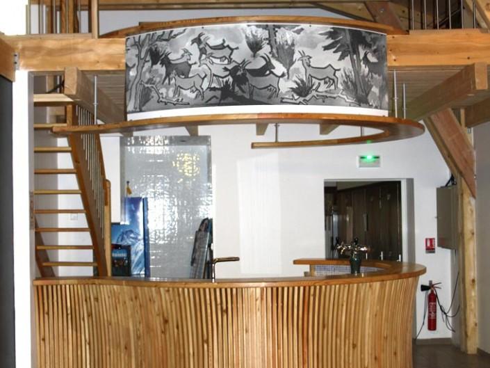 Bar fabriqué en bois, habillé d'une fresque murale pour bâtiment collectif