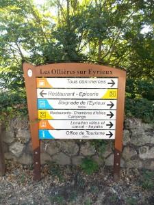 Signalétique directionnelle sur deux mâts en village, commune des Ollières sur Eyrieux